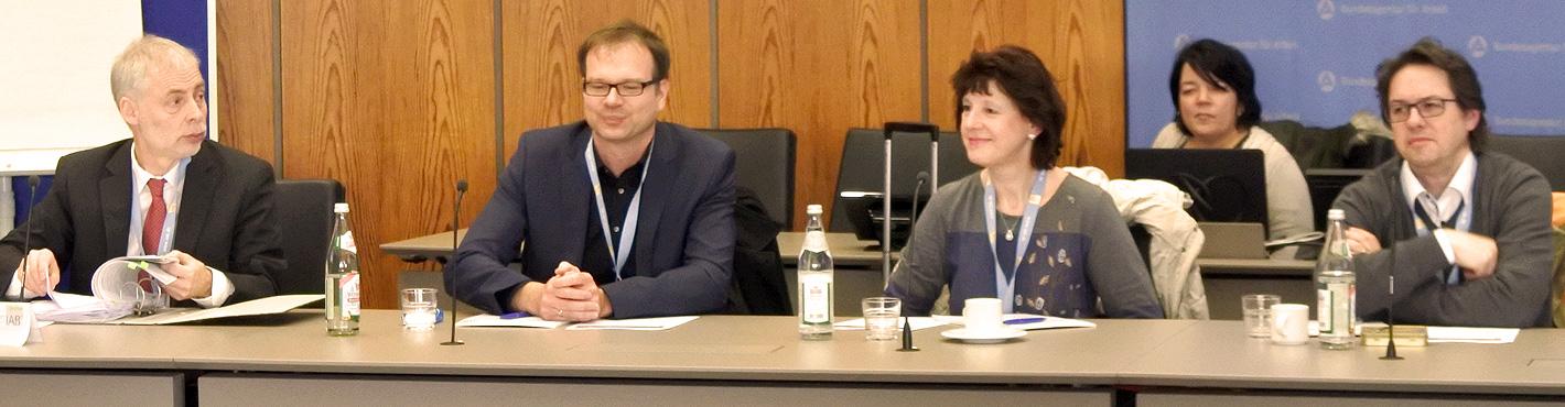 """Das Bild zeigt fünf Personen, die an der Veranstaltung """"7. Interdisziplinäres Forum Zeitarbeit"""" des IAB in Nürnberg teilnehmen."""