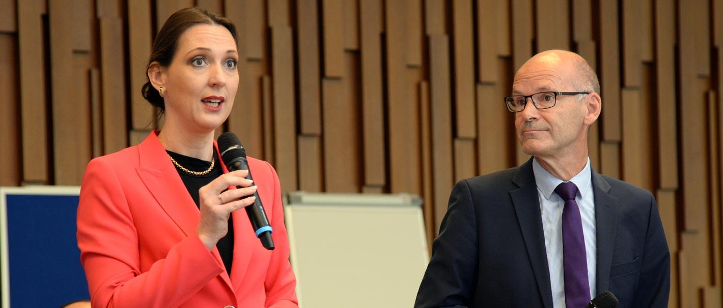 Auf dem Foto sind zu sehen (von links): Valerie Holsboer, Vorstand Ressourcen der Bundesagentur für Arbeit, und Prof. Dr. Ulrich Walwei, Vizedirektor des IAB. Foto: Jutta Palm-Nowak