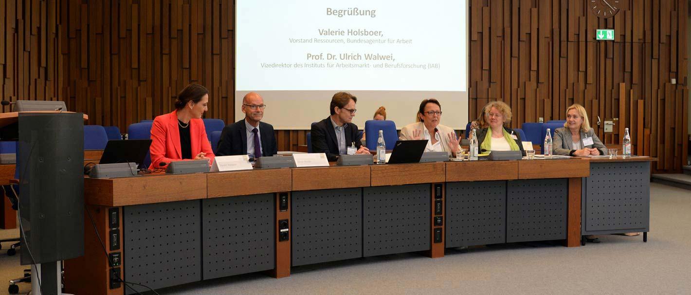 """Das Foto zeigt das Einführungspodium bei der Fachtagung """"Geschlechtergerechte Personalpolitik in der Wissenschaft"""", die am IAB stattfand. Foto: Jutta Palm-Nowak"""