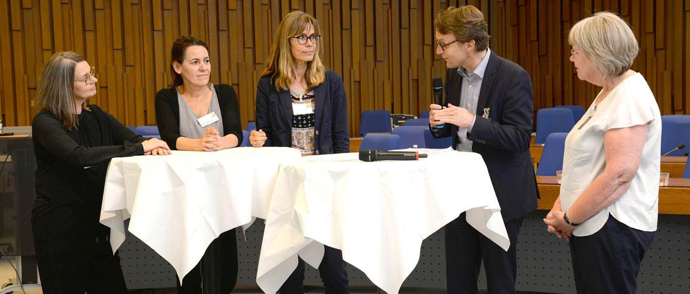 Auf dem Foto sind zu sehen (von links): Katja Ploner, Gobal Diversity & Inclusion Manager der Siemens AG; Sabine C. Jenner, Dezentrale Frauen- und Gleichstellungsbeauftragte der Charité – Universitätsmedizin Berlin; Nicole Richter vom Welcome Center der RWTH Aachen; Moderator Prof. Dr. Karl Wilbers, Sonderbeauftragter der FAU für Personalentwicklung, und Vera Rabelt vom Umweltbundesamt.
