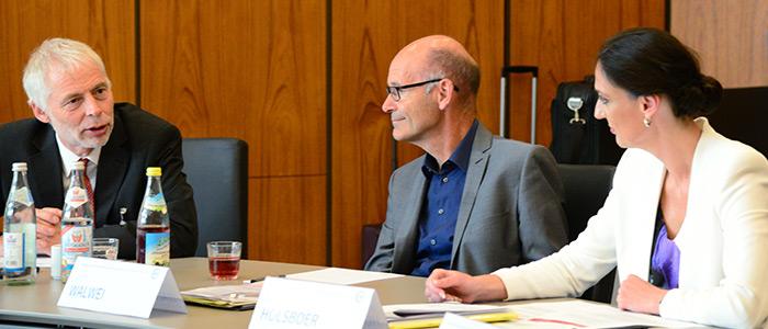 Prof. Dr. Lutz Bellmann im Gespräch mit Prof. Dr. Ulrich Walwei (beide IAB) und Valerie Holsboer, Vorstandsmitgklied der BA (von links).