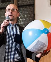 Bild von IAB-Forscher Dr. Markus Janser, der in der rechten Hand einen Wasserball hält.