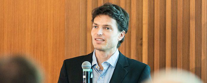 """Prof. Dr. Enzo Weber leitet am IAB den Forschungsbereich """"Gesamtwirtschaftliche Entwicklung und Prognosen""""."""