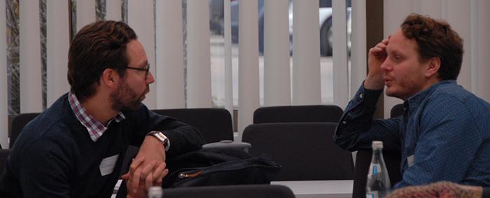 Dr. Daniel Kühnle (links), Juniorprofessor an der Universität Duisburg-Essen, im Gespräch mit Gustav Kjellsson, Ph.D., von der University of Gothenburg in Schweden.