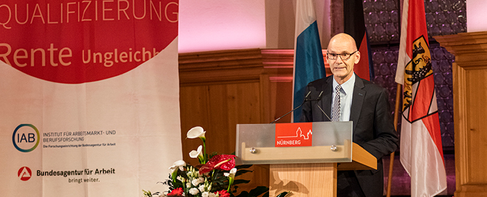 IAB-Vizedirektor Prof. Dr. Ulrich Walwei hielt den Einführungsvortrag.