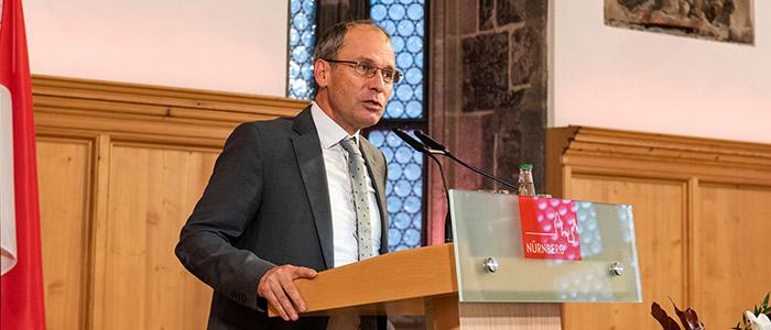 Nahaufnahme von Bernd Fitzenberger auf dem Podium der Nürnberger Gespräche.