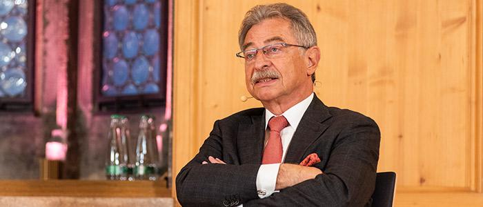 Nahaufnahme von Dieter Kempf auf dem Podium der Nürnberger Gespräche.