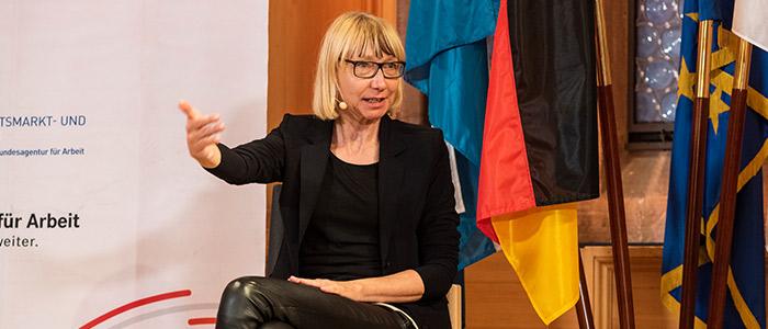 Nahaufnahme von Sabine Pfeiffer auf dem Podium der Nürnberger Gespräche.