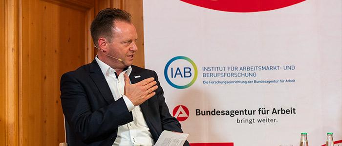 Nahaufnahme von Matthias Rohrmann auf dem Podium der Nürnberger Gespräche.